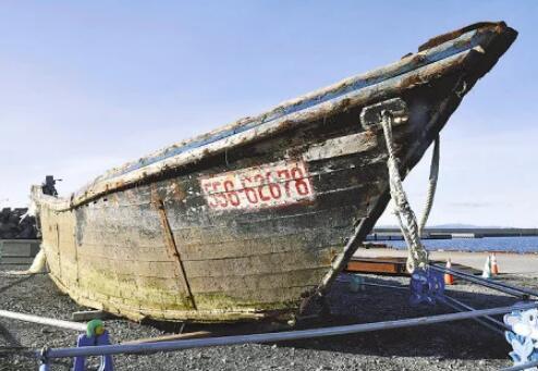漂到日本北海道的一艘木船(图源:读卖新闻)