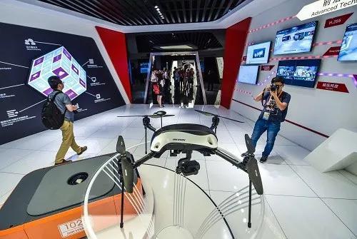 ▲資料圖片:2016年9月2日,記者在杭州海康威視數字技術股份有限公司展廳裏拍攝公司新研製的工業級無人機。(新華社/徐昱 攝)