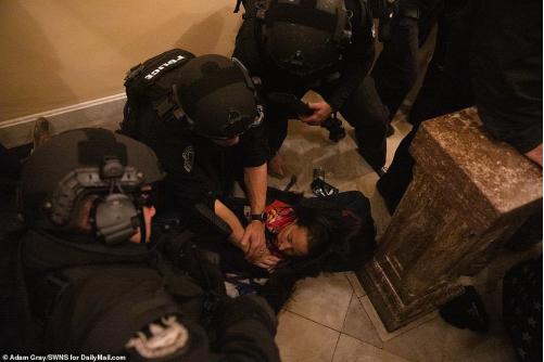 """艾什利·巴比特是特朗普的铁粉,在这次""""攻下""""国会步履里中弹身亡。(图:SWNS)"""