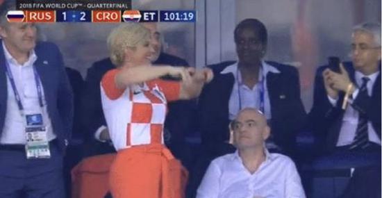 ▲八强战对阵俄罗斯,克罗地亚女总统庆祝领先