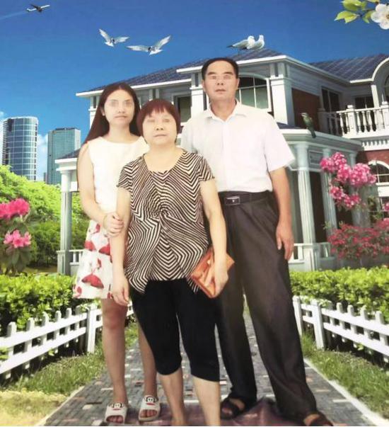 王萱生前和父母的合影
