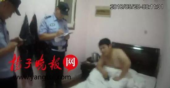 ▲李某正在接受民警调查
