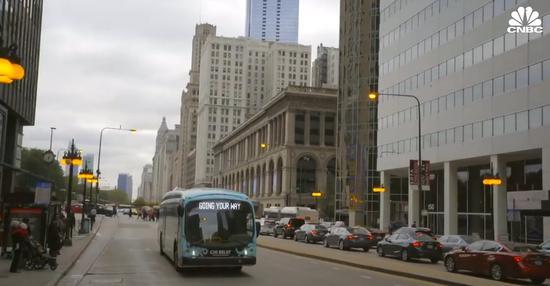 (電動公交行駛在美國街道上,CNBC報道截圖。)