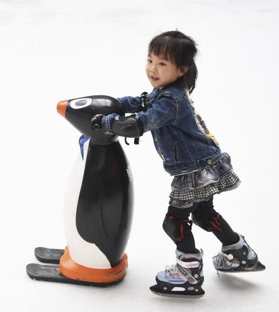 2018年4月6日,小朋友在重庆市渝北区新光天地商场内的滑冰场练习滑冰。新华社记者王全超摄