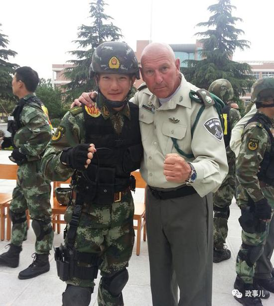 何捷(左)参加国际联训