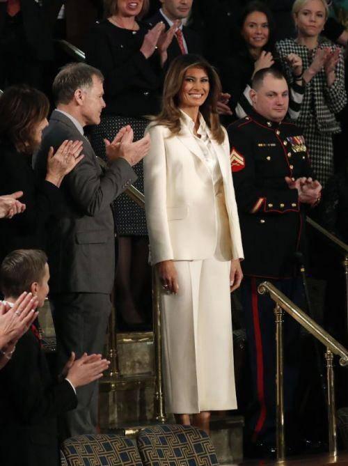 梅拉尼娅在出席特朗普国情咨文时身穿白色西裤套装被认为扇了特朗普一个耳光