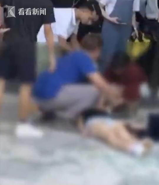 画面可见失事学生倒在血泊中,已经无法动弹,身边散落大量玻璃碎片。