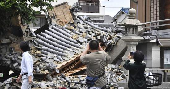 地震导致房屋倒塌(图片来自推特)