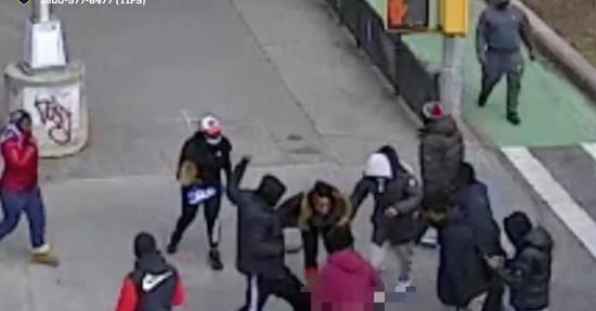 美国非裔男子遭12人袭击:身中数刀,全部衣物被抢