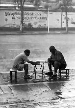 俩老头暴雨中对弈成网红 当时下到关键局未分胜负