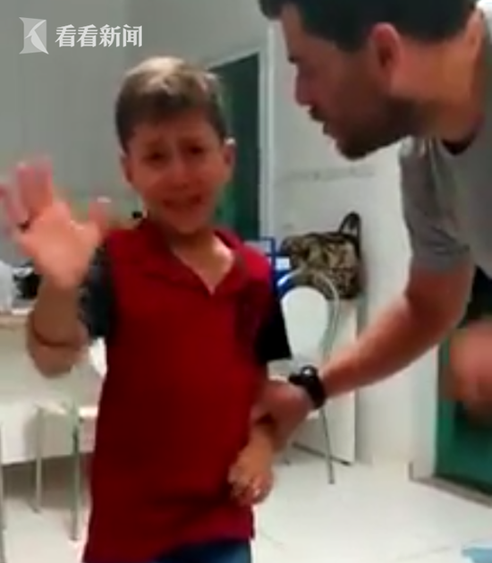 聋哑男孩戴人工耳蜗 听到父亲声音时泪奔