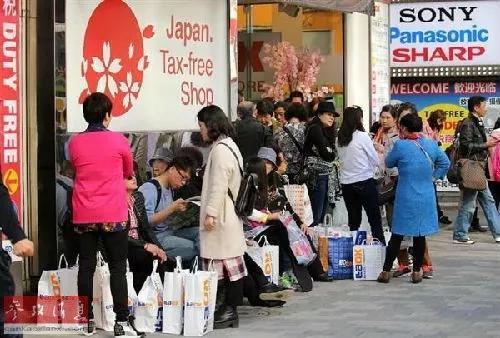 ▲资料图片:中国赴日游客数量激增导致酒店爆满。图为东京街头,中国游客随处可见。