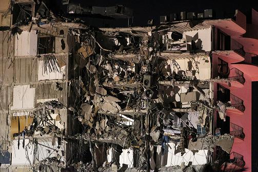 美国迈阿密公寓楼倒塌后续:已经找到102人 至少99人失踪
