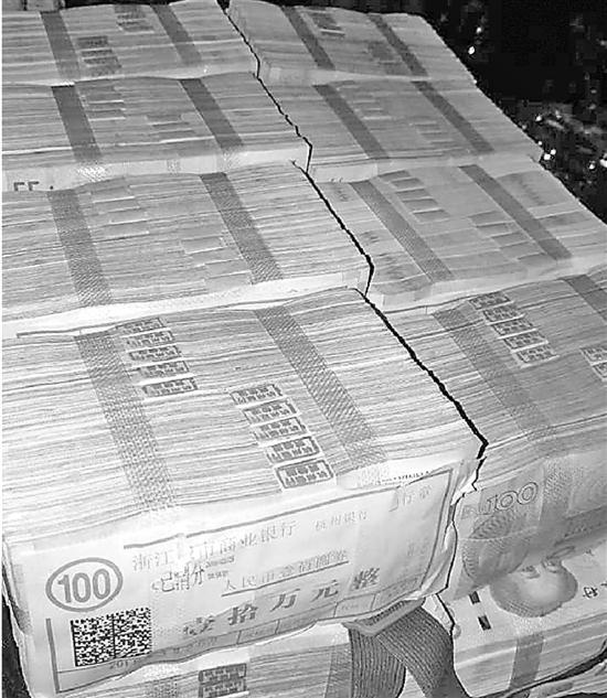 整整一旅行箱的分手费,200万元。