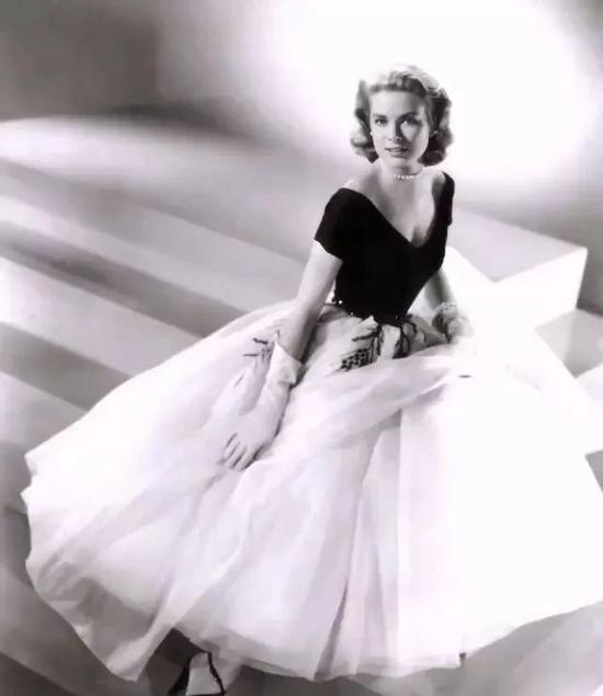 △1954年,格蕾絲爲電影《後窗》拍攝的宣傳劇照。