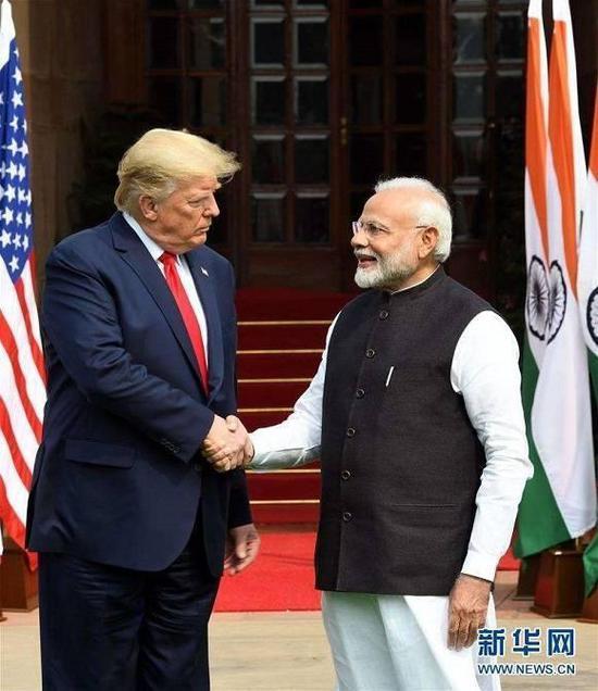 图片说明:2020年2月25日,在印度新德里,美国总统特朗普(左)与印度总理莫迪在举行会谈前握手。 美国总统特朗普于2月24日至25日对印度进行国事访问。 来源:(新华社发 帕塔·萨卡尔摄)