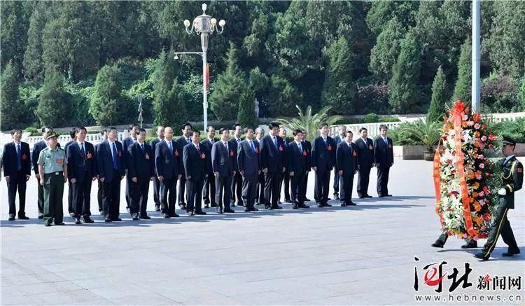 王东峰、许勤、叶冬松与周福启等向五大书记塑像敬献花篮。