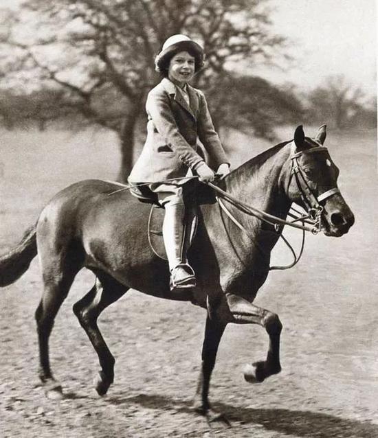 Via Getty Images; 9歲的伊麗莎白二世在騎馬