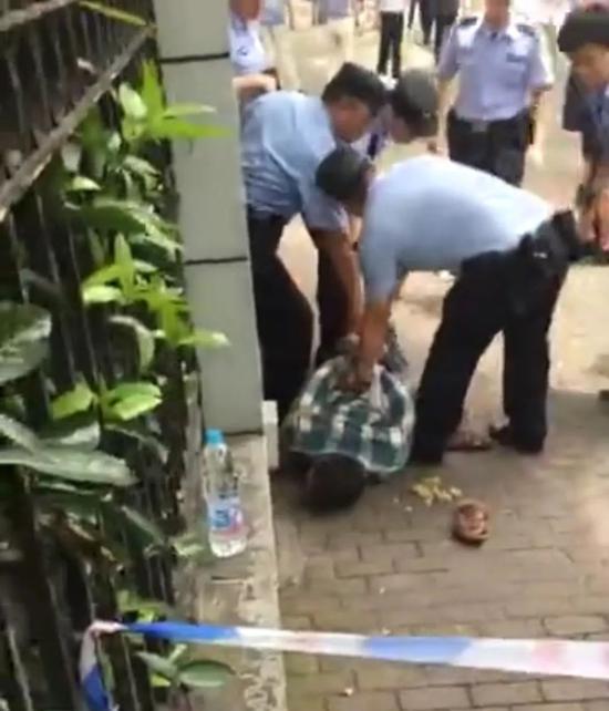 ▲嫌疑人被警方控制。视频截图