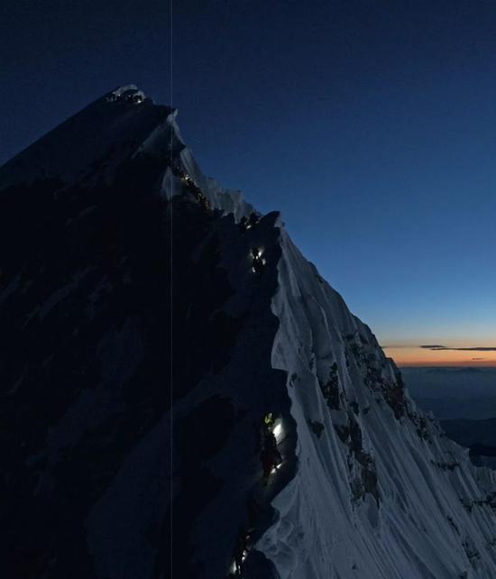 5月22日,許多登山者行過8700米接近希拉里臺階的地方,在隊伍的前方,頭燈點點處,已經有人登頂。攝影/Rocker