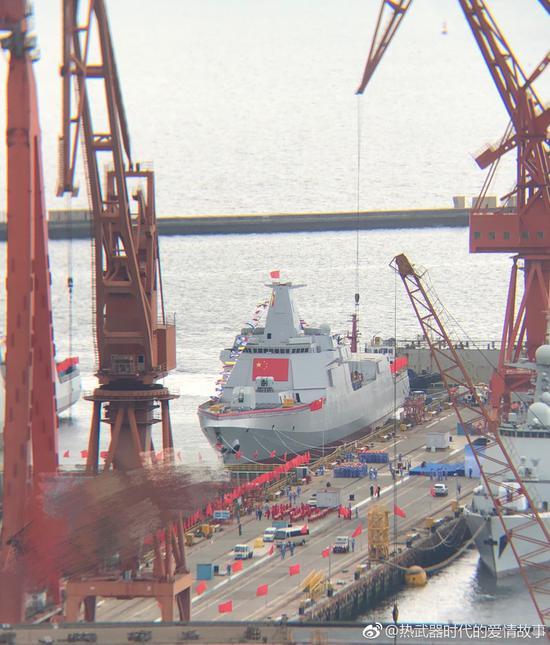 稍早前拍摄的055型导弹驱逐舰,可见此时船坞的坞门正在移开 来源:@热武器时代的爱情故事
