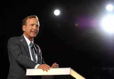 """他是美國前總統老布什的第三子、小布什的弟弟,繼承着""""第一政治家族""""布什家族的政治基因,自稱爲""""小小布什""""。"""