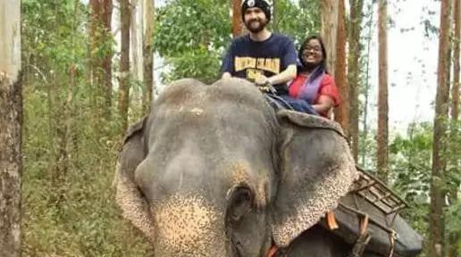 哈格(前)在印度叢林中騎着大象(圖自:CNBC)