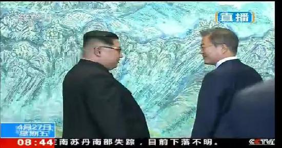 合影之后,两位首脑前往会客室进行会前问候畅谈。