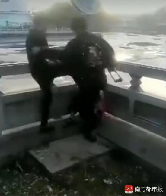 女学生遭两人拿U型锁围殴暴打。(来源:视频截图)