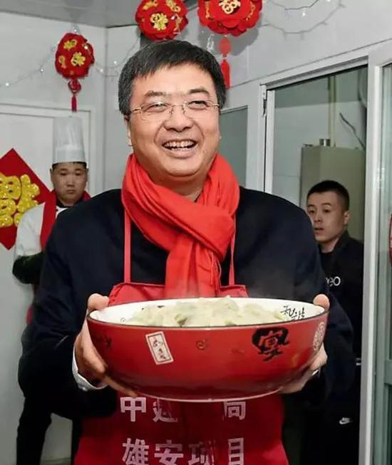 △2018年春节期间,陈刚与雄安新区建设者一起包饺子、过年