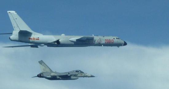 """""""经国号战机""""伴飞解放军轰六K。(图片来源:台湾联合新闻网)"""