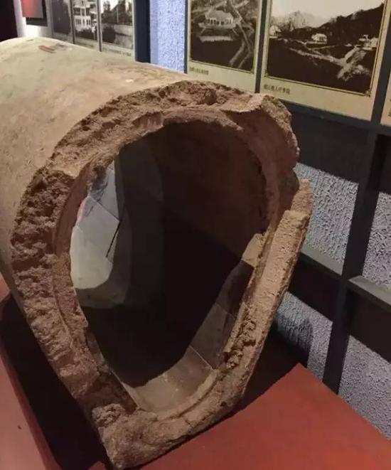 青岛市博物馆保存的一段德占时期青岛下水管道,底部贴有瓷片。 (摄影:张旭东)