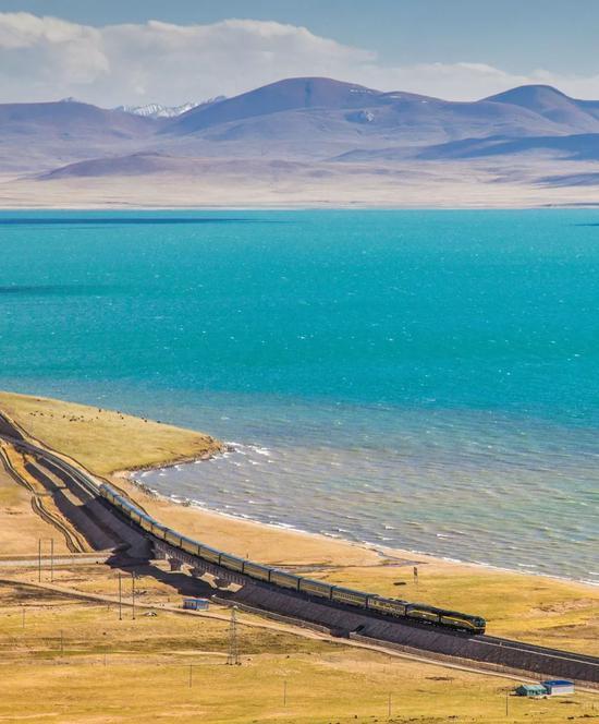青躲铁路是天下上海拔最下、道路最少的下本铁路;下图为铁路颠末措那湖,拍照师@张一飞/星球研讨所