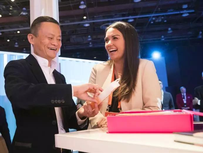 """▲去年6月,阿里巴巴举办的""""美国中小企业峰会""""吸引了超过3000家美国中小企业和合作伙伴,图为马云在现场与企业主交流"""