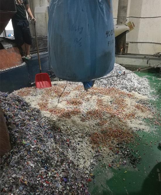 废塑料造粒。图:梁宙/摄