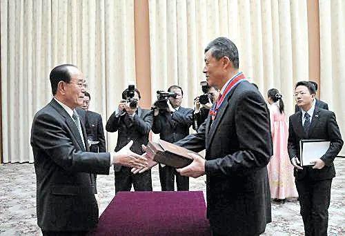 ·朝鲜授予即将离任的中国驻朝鲜大使刘晓明(前排右)一级情谊勋章。