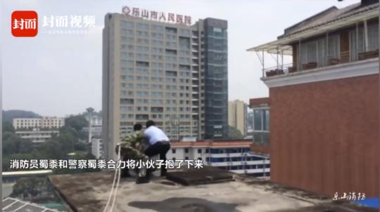 见此情形,民警与消防队员趁其不备,迅速将其抱住,并拖向安全区域。