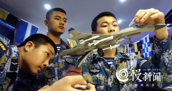 对战斗机模型兴致勃勃