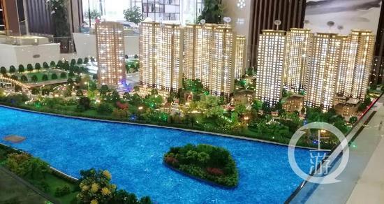 ▲建业新城小区楼盘模型。摄影/上游新闻记者 沈度