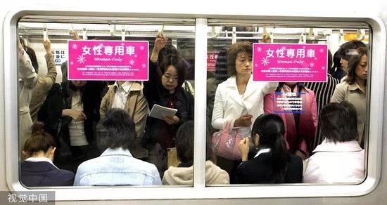 女性公用车箱/视觉中国