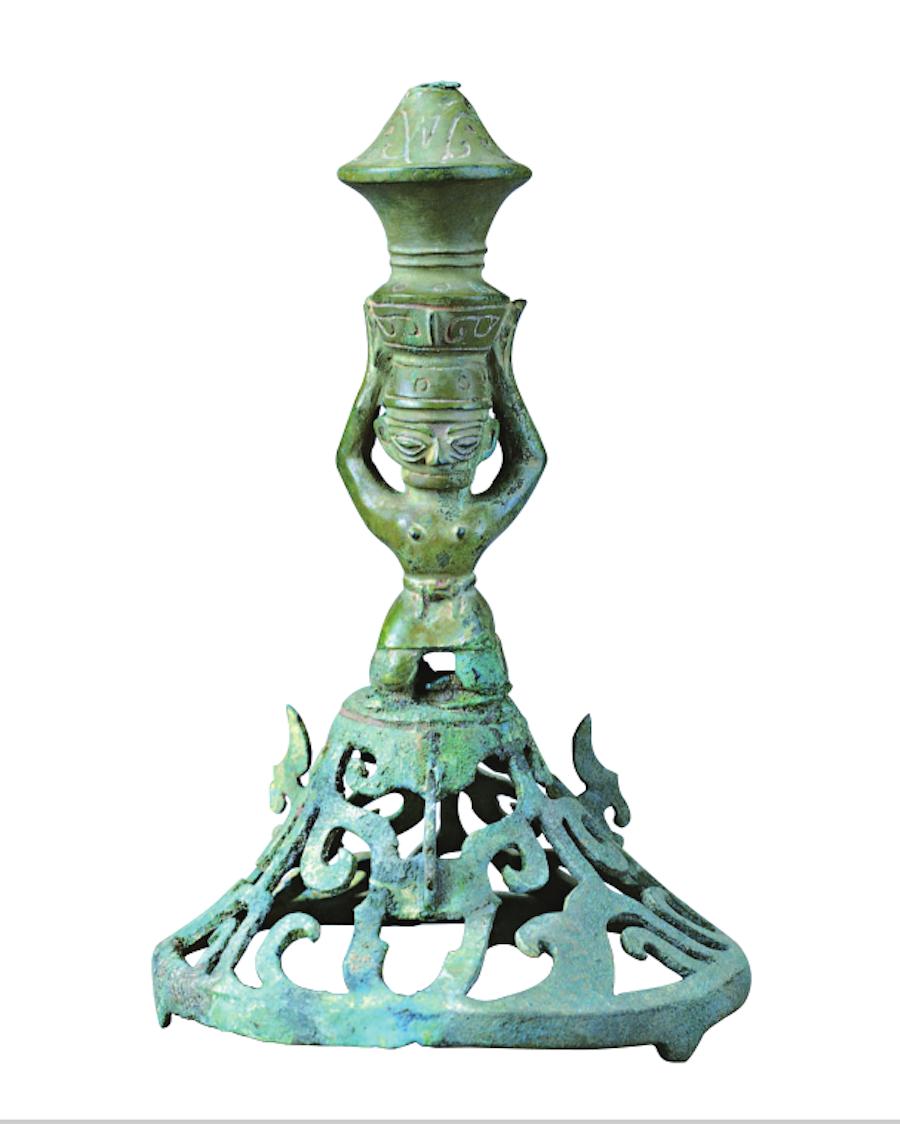 三星堆遗址出土铜喇叭座顶尊跪坐人像。 广西师范大学出书社 图