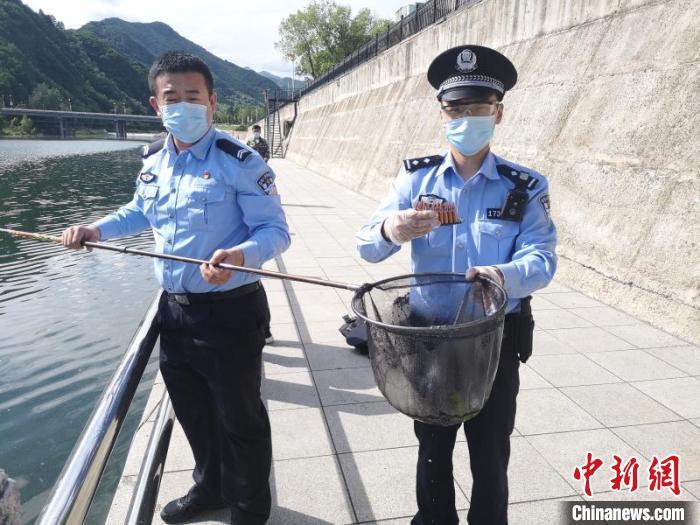 吉林集安:民警在河底打捞出130发步枪子弹图片