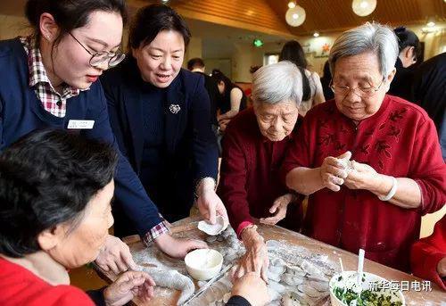 2018年春节,北京西城区金融街养老照料中心的空巢老人和护理员等一起包饺子。罗晓光 摄
