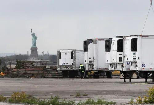 5月11日,冷藏车停放在美国纽约布鲁克林一处新开辟的临时停尸场所内。新华社记者 王迎 摄