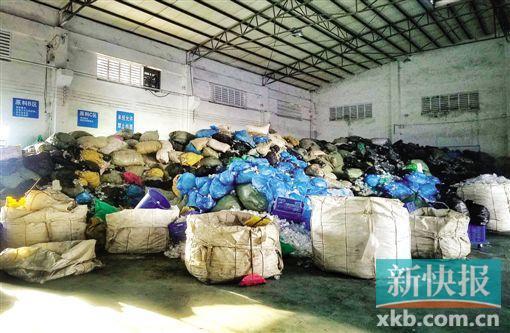 """位于广州花都区的""""果燃好""""公司内,堆放着大批未拆包的医疗渣滓。"""