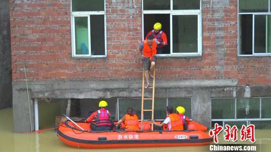 图为被困者从屋内沿着小窗户翻出跳到小艇。 消防部分供图 摄