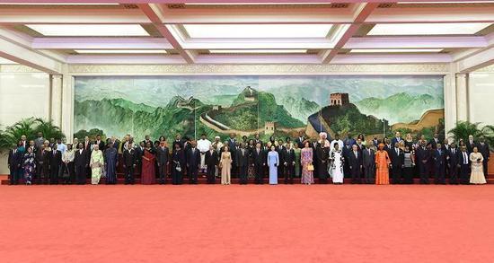 △晚宴前,习主席夫妇同外方领导人和夫人在巨幅苏绣壁画《长城》前合影留念(新华社记者张领拍摄)