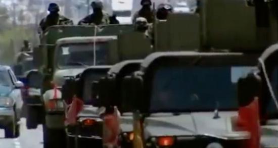 (图为路上的军车 图源:美国国家地理纪录片《墨西哥毒品帝国》)