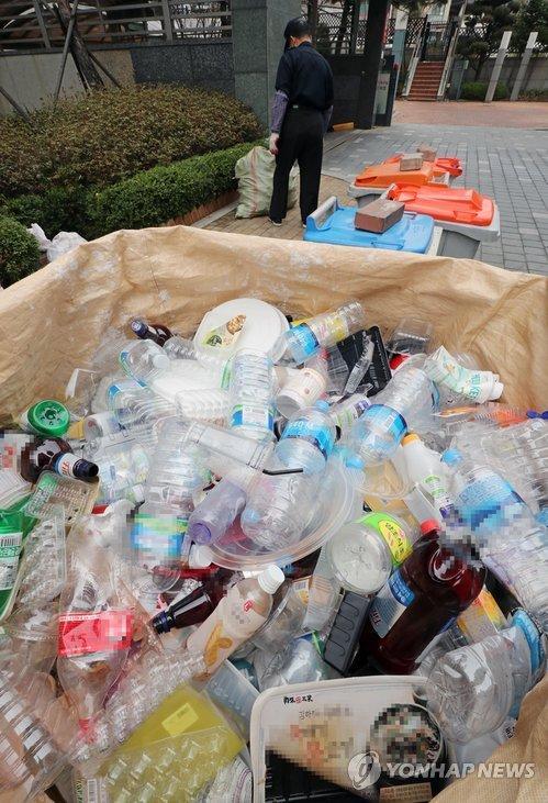 1日上午,首尔市龙山一小区,塑料垃圾被成堆弃置