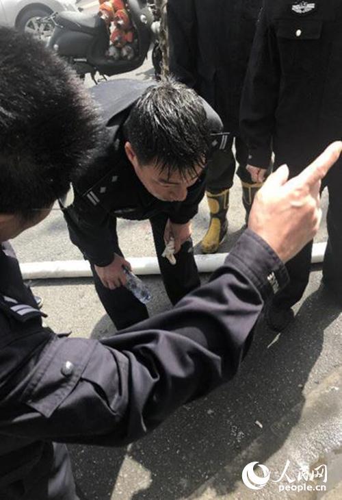 张祖林三入火场撤出被困群众 普陀公安供图